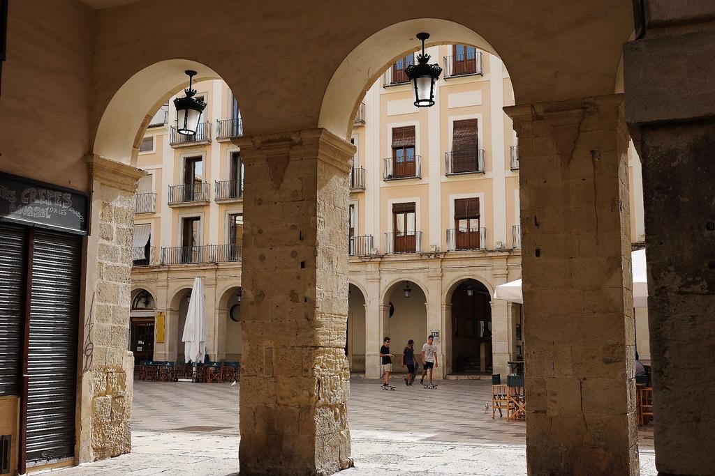 La Plaça de Dins, una parada dos en uno: arquitectura y ocio