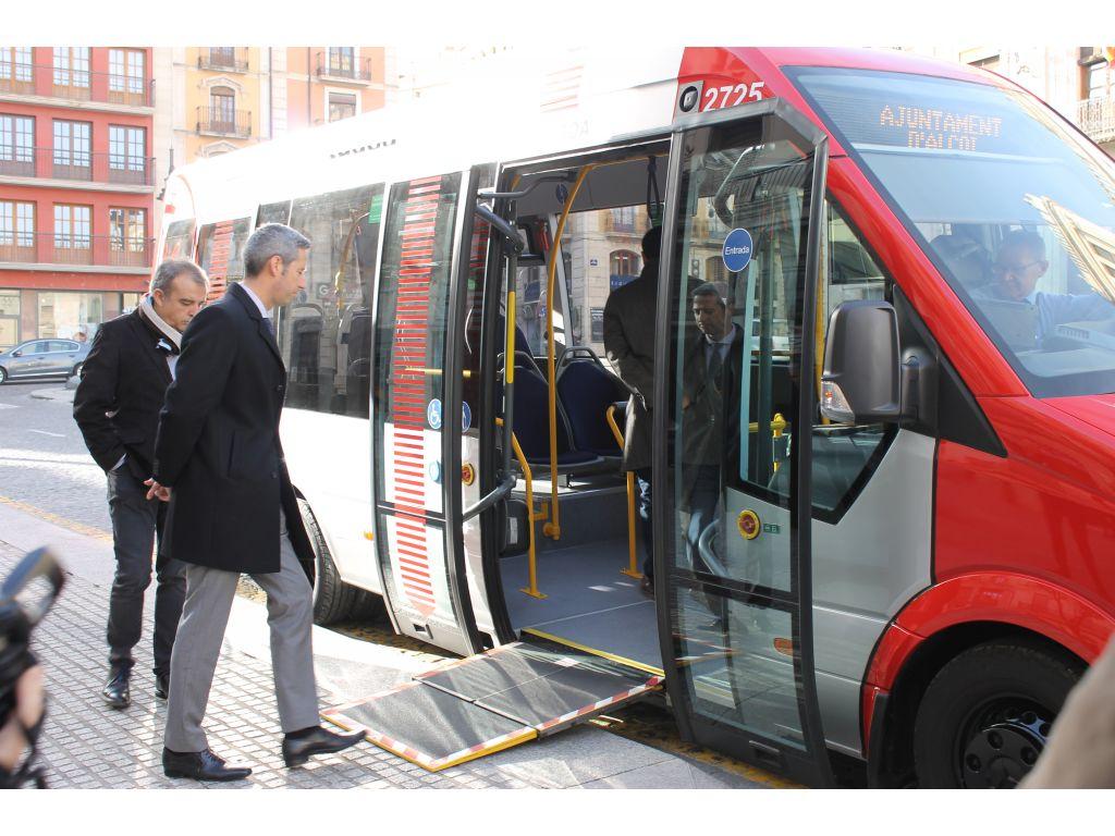 Acto de presentación del primer microbús de la flota de transporte municipal alcoyana