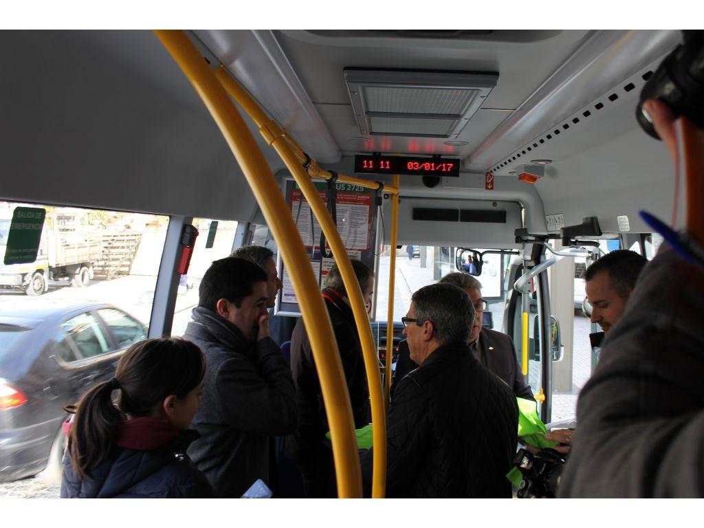El interior del microbús cuenta con cargadores USB para móviles